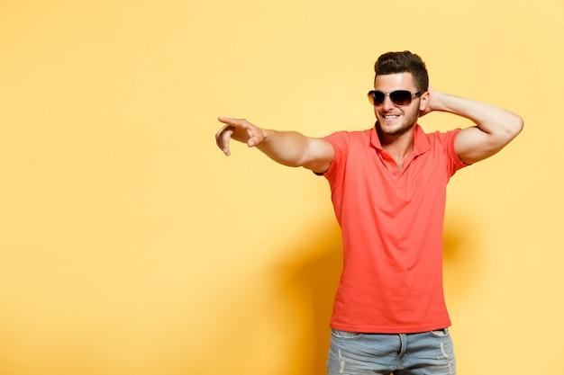 Stijlvolle en zelfverzekerde man op oranje