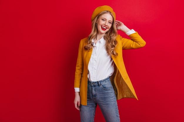 Stijlvolle europese vrouw in baret en jasje. prachtig frans meisje met blond haar.