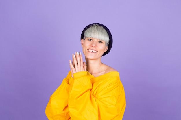 Stijlvolle europese vrouw op paarse muur Gratis Foto