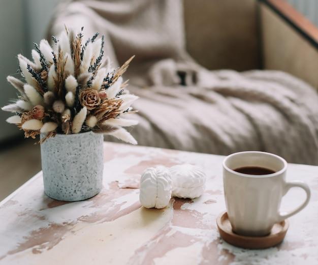 Stijlvolle flat lag met koffiekopje met marshmallows en bloemen