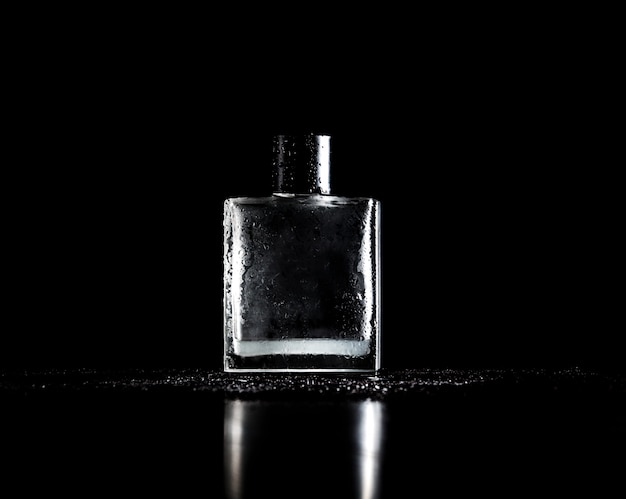 Stijlvolle fles parfum op zwart