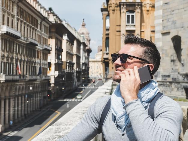 Stijlvolle, gelukkige man met een smartphone.