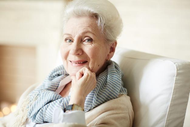 Stijlvolle gelukkige senior