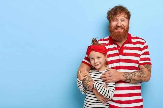 Stijlvolle gember dochter en vader samen poseren