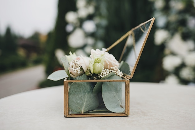 Stijlvolle glazen bloembak voor huwelijksceremonie