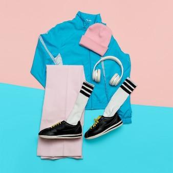 Stijlvolle hipster-outfit. heldere lente. modieuze kleding en accessoires. stedelijk