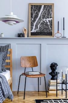 Stijlvolle hipster slaapkamer interieur met design stoel, frames, boek, klok, decoratie, tapijt, mooie lakens, deken en kussens in modern interieur.