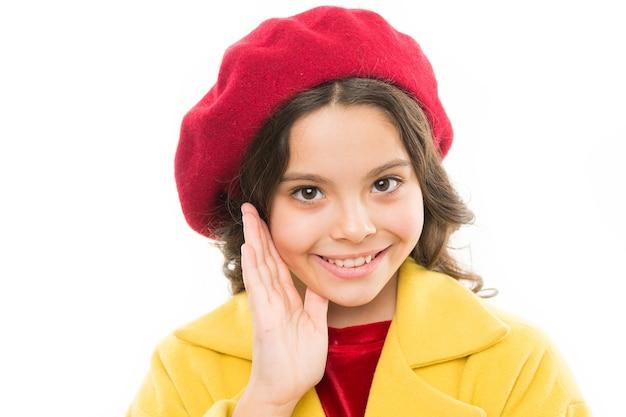 Stijlvolle hoofdtooi. jeugd geluk. beauty en lentemode. klein parijse meisje met blij gezicht in hoofdtooi. klein meisje kind in franse baret, hoofdtooi. kinderdag. frankrijk herfst stijl.