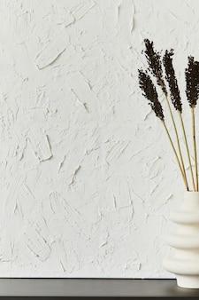 Stijlvolle interieurontwerpcompositie van creatieve minimalistische kamer met structuurschildering als kopieerruimte en persoonlijke accessoires. zwart-wit begrip. sjabloon.