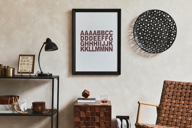 Stijlvolle interieursamenstelling van elegante mannelijke woonkamer met mock-up posterframe, bruine fauteuil, industriële geometrische plank en persoonlijke accessoires. sjabloon.
