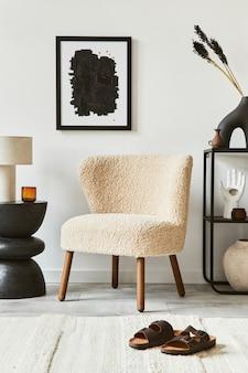 Stijlvolle interieursamenstelling van woonkamer met mock-up posterframe, pluizige fauteuil, salontafel, commode en persoonlijke accessoires. moderne klassieke stijl. sjabloon.