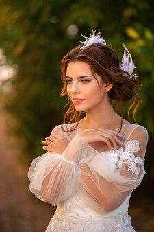 Stijlvolle jonge bruid op haar trouwdag in italië. elegante bruid uit toscane.