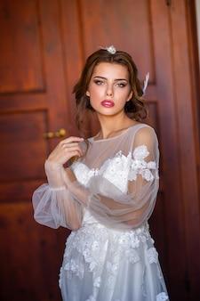 Stijlvolle jonge bruid op haar trouwdag in italië