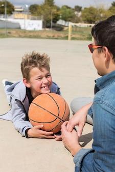 Stijlvolle jonge jongenstiener met vader buitenshuis