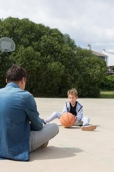 Stijlvolle jonge jongenstiener speelt buiten met bal