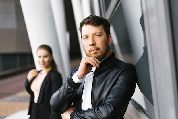 Stijlvolle jonge man en vrouw in zwarte kleding