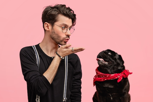 Stijlvolle jonge man en zijn schattige hond