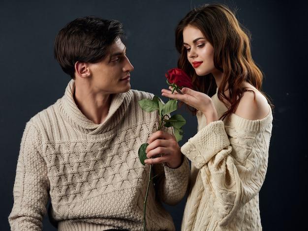 Stijlvolle jonge paar man en vrouw, seksuele relaties, paar modellen, donkere ondergrond