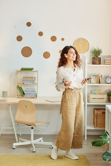 Stijlvolle jonge volwassen zakenvrouw op afstand thuis werken