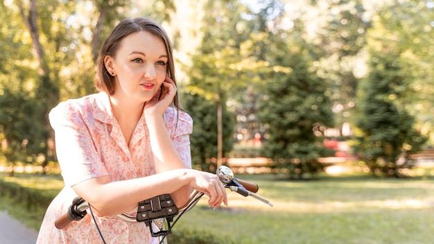Stijlvolle jonge vrouw buiten ontspannen