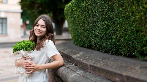 Stijlvolle jonge vrouw met boodschappen tas