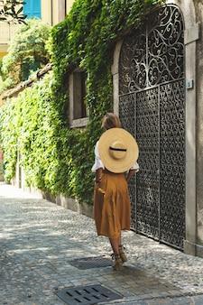 Stijlvolle jonge vrouw walkin door de straten van kleine italiaanse stad