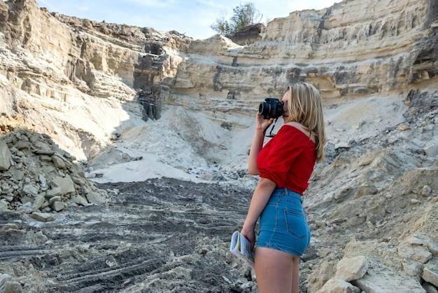 Stijlvolle jonge vrouw wandelen in zand rock in hete zomerdag, vakantie