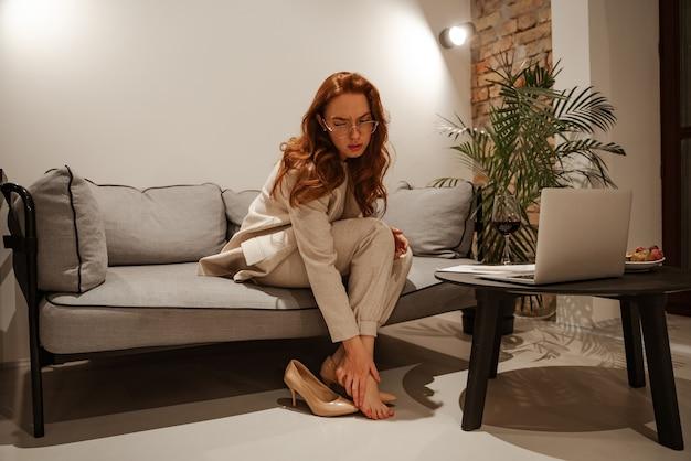 Stijlvolle jonge zakenvrouw in een pak is moe