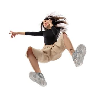 Stijlvolle jongedame in moderne streetstyle outfit geïsoleerd op wit, schot vanaf de onderkant