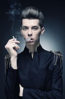 Stijlvolle jongeman die een sigaret rookt