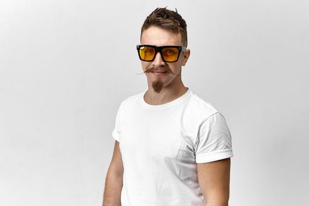 Stijlvolle jongeman met zonnebril en wit t-shirt met een oog