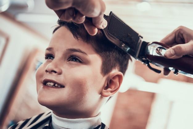 Stijlvolle jongen gaat naar zijn geliefde kapper