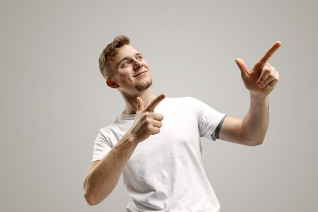 Stijlvolle knappe jonge blanke man wijzend op studio. menselijke emoties concept