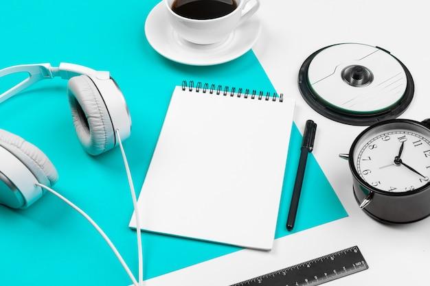 Stijlvolle koptelefoon op blauwe en witte kleur achtergrond, bovenaanzicht.