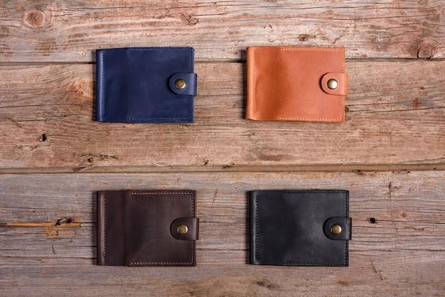 Stijlvolle lederen portemonnee met geld en doos op hout