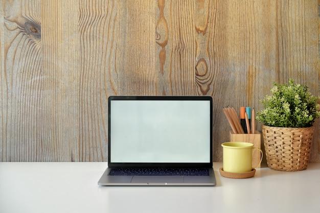 Stijlvolle loft-werkruimte met een laptop met een wit scherm.