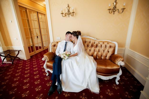 Stijlvolle luxe bruid en knappe elegante bruidegom hand in hand