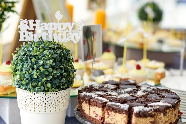 Stijlvolle luxe ingerichte candybar voor verjaardag, catering in het restaurant.