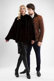Stijlvolle man en glamour vrouw in bontjas poseren