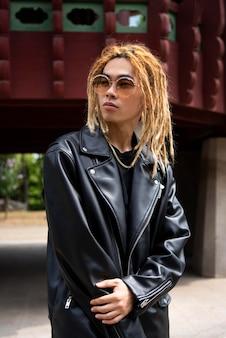 Stijlvolle man in k-pop kleding in stedelijke scene