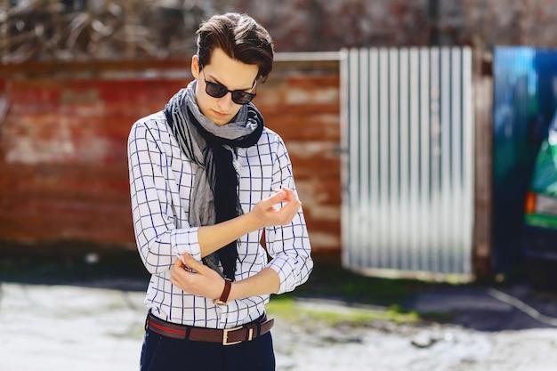 Stijlvolle man in zonnebril op straat
