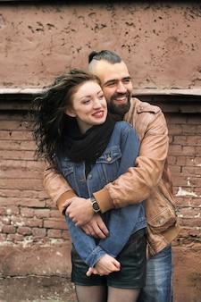 Stijlvolle man knuffelen zijn geliefde vriendin close-up