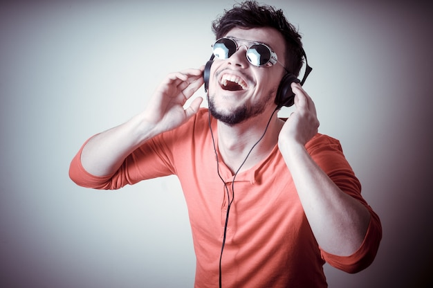 Stijlvolle man luisteren naar muziek