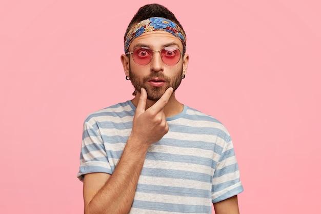 Stijlvolle man met zonnebril en kleurrijke hoofdband