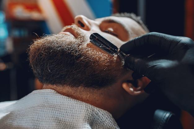 Stijlvolle man zit in een kapperszaak