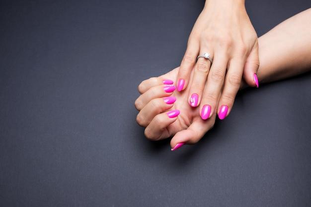 Stijlvolle manicure roze op zwart
