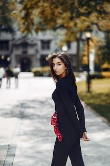Stijlvolle meid loopt door de campus van haar school