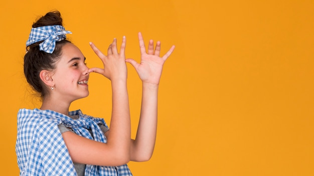 Stijlvolle meisje wordt gek met kopie ruimte