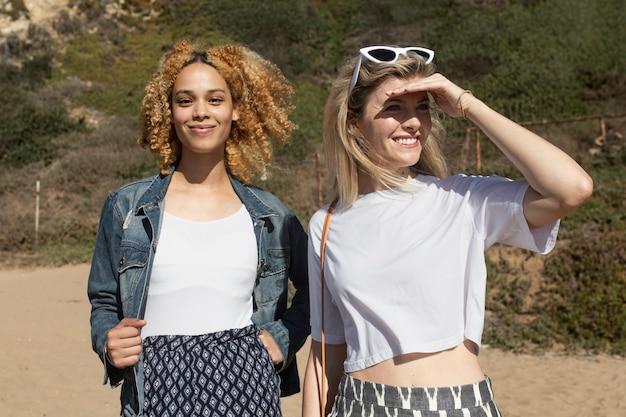 Stijlvolle meisjes hangen buiten op het strand fotoshoot