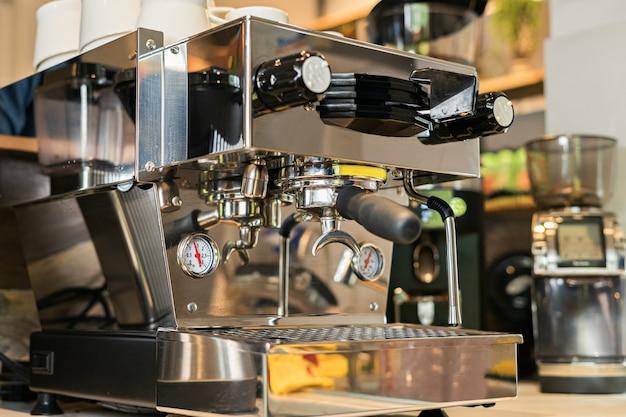 Stijlvolle metallic koffie espresso machine voor het zetten van een kopje koffie